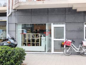 Goed gelegen winkelruimte (+-54m²) met woonst. Het appartement heeft als indeling: een inkomhal, living met keuken, 2 slaapkamers, een apart toil