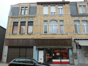 Zeer ruime winkelruimte met magazijn (646m²) en achteringang + woonst met 5 slaapkamers. Winkelstraat met reeël toekomstperspectief. Zeer ve