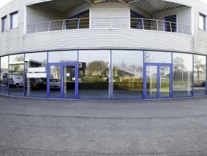 Zeer goed gelegen bedrijfspand (380m²) met ruime toonzaal/winkelruimte met veel lichtinval en aansluitend een atelier + grote garage met elektris
