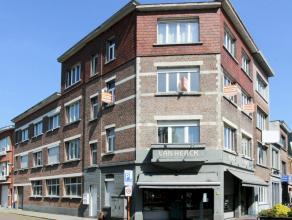 Ruim en recent vernieuwd hoekappartement op de 2 de verdieping en nabij het centrum, openbaar vervoer, winkels en scholen. Het appartement heeft een r