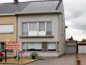 Ruime halfopen bebouwing gelegen in een doodlopende straat in het centrum van Hoevenen. Deze gezinswoning werd gerenoveerd vanaf 2005 en beschikt oa o