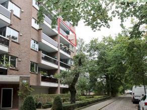 Gunstig gelegen en ruim appartement op de 4de verdieping met zicht op het Valaarpark. Indeling: inkomhal met vestiaire, een apart toilet, een ruime li