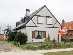 Ruime vrijstaande woning met dubbele garage op perceel van 587 m². Dit te moderniseren eigendom is gelegen in een rustige woonwijk en beschikt ov