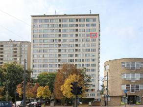 Gunstig gelegen en verzorgd appartement met zeer mooi panoramisch uitzicht. Dit appartement t heeft een inkomhal met apart toilet, living, ingericht k