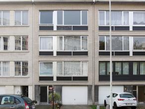 Goed gelegen te moderniseren opbrengsteigendom bestaande uit 3 gelijkaardige appartementen met telkens 2 slaapkamers en een terras achteraan. Bij de 1