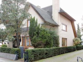Karaktervolle halfopen villa met rieten dak gelegen in het centrum van Hoevenen. Dit gerenoveerde eigendom beschikt over 3 ruime slaapkamers, nieuwe k