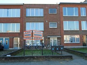 Centraal gelegen opbrengsteigendom bestaande uit 3 appartementen. Het gelijkvloersappartement is met 1 slaapkamer, terras achteraan en een ruime tuin.