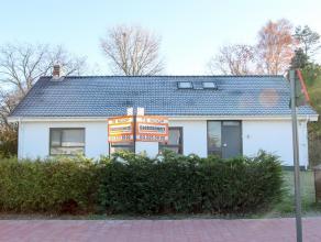Ruime open bebouwing op een perceel van 1854 m² gelegen nabij het centrum van Hoevenen. Deze woning beschikt over 7 slaapkamers, garage en grote