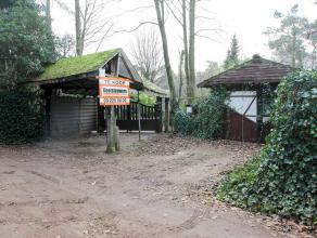 Open bouwgrond van ca 2000 m² in bosrijke omgeving waar permanent wonen is toegestaan. Prachtig open zicht op weilanden, momenteel staat er een c