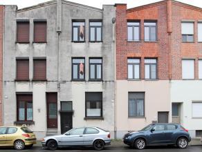 Ruime, goedgelegen gezinswoning met tuin en 3 à 4 slaapkamers. Op het gelijkvloers is er een propere aanbouwkeuken, en een living met uitzicht