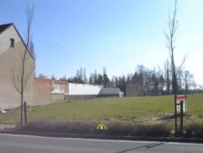 Mooi perceel bouwgrond voor half-open bebouwing met een oppervlakte van ca. 430m² met een prachtige zuid-oriëntatie! Perceelsbreedte: 9 mete