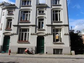 Ruime woning bestaande uit 3 verdiepingen plus kelder gelegen vlakbij de Grote Markt en openbaar vervoer. Omvattende: eerste verdieping: eetkamer en w