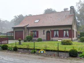 Ruime gezinswoning met 5 slpks, op ca 939m², gelegen in de woonzone met bosrijk karakter. GELIJKVLOERS: - Inkomhal met trap naar verdieping - Gas