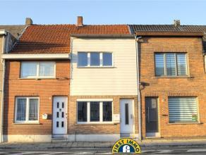 Recent gerenoveerde woning met garage: Deze woning is gelegen langs een invalsweg naar het centrum van Beveren. Winkels en openbaar vervoer vlakbij. S