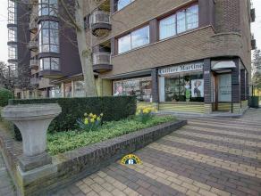 """Residentie Elsdonck ! Knap en karaktervol gelijkvloers """"hoek"""" handelspand met terras en een prachtige gemeenschappelijke parktuin. Het eigendom beschi"""