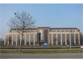 Standingvol kantoorgebouw op toplocatie aan de Grote Ring te Hasselt, op korte afstand van opritten E313 en E314. De kantoren zijn verdeeld over 4 ver