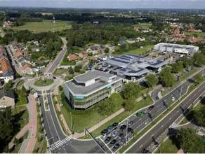 Prachtige nieuwbouwkantoren gelegen op de hoek van de Hendrik van Veldesingel en de Runkstersteenweg. Project Checkmate geniet van de volle visibilite