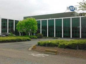 Kantoren op gelijkvloers en eerste verdieping, gelegen op de Antwerpse Linkeroever. Het gebouw, gelegen op een grond met een oppervlakte van 7.440 m&s