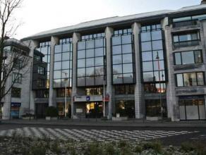 Kantoorruimte op het gelijkvloers met eventueel 11 ondergrondse parkeerplaatsen in een standingvol kantoorgebouw. De kantoorruimte omvat directiekanto