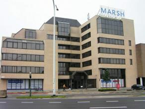 Vernieuwde kantoren op de Antwerpse Singel. Volledig vernieuwde kantoren op topligging. Bij de 5e verdieping kunnen er 3 autostaanplaatsen bijgehuurd