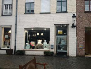 Het betreft hier een unit in het Zilverpand, hét binnenstedelijke shopping center van Brugge, welk zich bevindt tussen de Steenstraat en de Noo