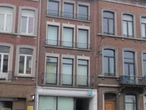 Dit gebouw is gelegen aan de Boulevard E. Mélot 18 op slechts 200 meter van het station van Namen.