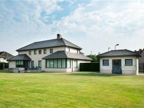 Indeling:U betreedt deze prachtige villa met een bewoonbare oppervlakte van 450 m² via de riante inkomhal voorzien van apart toilet en een bureau