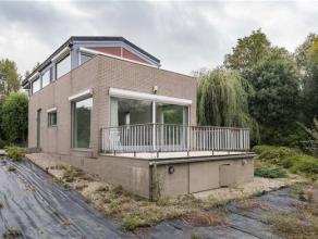Indeling: u betreedt deze woning via de inkomhal waarlangs u toegang heeft tot de woonruimte met zicht op de tuin. Via de woonruimte heeft u rechtstre