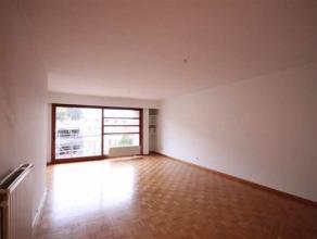 Dit ruime appartement is gelegen op de 2de verdieping en beschikt over een inkomhalmet gastentoilet en bergplaats die toegang geeft tot de ruime woonk