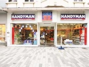 In het midden van de Stationstraat is dit mooie winkelpand gelegen, gemakkelijk bereikbaar met de wagen of met het openbaar vervoer. Op het gelijkvloe