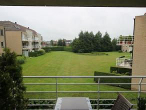 Instapklaar 2-slpk appartement in project met prachtig zicht op binnentuin. Goed georiënteerd terras van +/- 2 op 5, leefruimte, volledig ingeric
