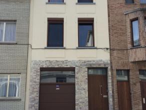Gerenoveerde woning met 3 slaapkamers. De woning beschikt over 3 slaapkamers en 2 badkamers. Op het gelijkvloers bevindt zich de garage met achteraan