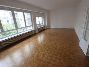 Prachtig ruim en licht appartement in een zijstraat van de Mechelsesteenweg. De inkomhal beschikt over ingemaakte kasten. Een dubbele deur geeft toega