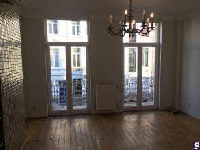 TOPLIGGING !! Leuk en licht appartement: inkom in woon- en leefruimte voorzien van open keuken ingericht met inbouwtoestellen (kookplaat, warmeluchtov