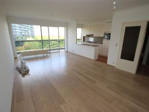Leuk 2 slaapkamer appartement gelegen op de 7e verdieping met een terras.De ruime leefruimte is voorzien van design witte hangkasten. De keuken is vol