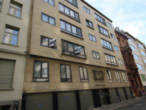 Prachtig ruim en licht appartement in een zijstraat van de Mechelsesteenweg gelegen op de 5e tevens hoogste verdieping. De inkomhal beschikt over inge