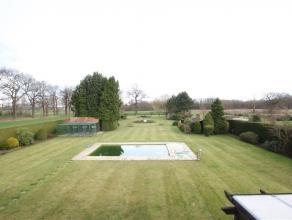 Een op te frissen ruime villa met ca. 290m² bewoonbare oppervlakte. Aanwezigheid van een BUITENZWEMBAD. Totaal perceelsoppervlakte is ca. 4655m&s