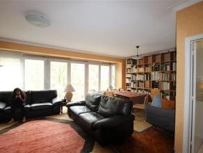Zeer ruim en centraal gelegen, gemeubeld appartement met twee slaapkamers en twee badkamers. Indeling als volgt: Inkomhal met aansluitend een grote le