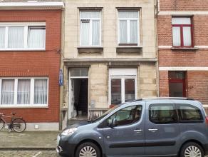 Eengezinswoning met 2 slaapkamers en terras<br /> <br /> Het gelijkvloers is volledig betegeld en geniet volgende indeling: een gang (8,25x1,48m), een