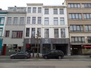 Dit commercieel gelijkvloers (100m²) en woonst op 1e verdieping (70m²) is ideaal gelegen te Antwerpen Zuid.<br /> Het gelijkvloers is voorzi