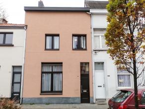 Centraal gelegen woning met 3 slaapkamers (2,40x3,85 / 2,65x3,85 / 5,20x7,80m), volledig geïnstalleerde woonkeuken (granieten werkblad, SIEMENS g