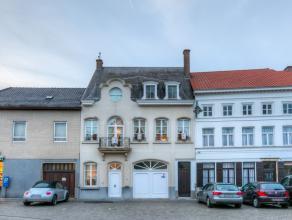Deze charmante herenwoning met zijn prachtige voorgevel is gelegen in het centrum van Hamme. De woning kan zowel commercieel worden ingericht alsook p