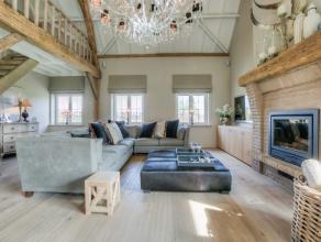 Deze prachtige eigendom is gelegen op ongeveer één hectare grondoppervlakte. De woning heeft een heel grondige en stijlvolle renovatie o