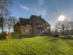 Dit imposant landhuis gelegen op een toplocatie aan de oevers van de Leie is opgetrokken in 1936 en is geïnspireerd op de Anglo Normandische stij