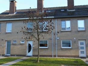 Instapklare woning met drie à vier slaapkamers gelegen nabij UZ Gent.Indeling: Inkomhal met gastentoilet. Ruime woonkamer met toegang tot terra