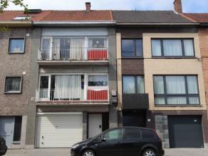 Op te frissen opbrengsteigendom bestaande uit twee appartementen, garage en tuin.<br /> Indeling appartement: Inkomhal. Woonkamer met toegang tot terr