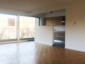 Vlakbij de golf en op 2 kilometer van Brasschaat centrum vinden we dit ruime, lichtrijke 3-slaapkamer appartement terug (105m2).<br /> We betreden he