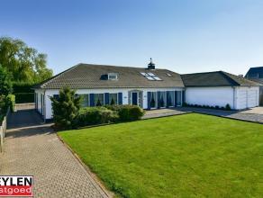 Riante villa met 6 à 7 slaapkamers, 3 badkamers en dubbele garage op breed perceel van 1581m². De bovenverdieping is ingericht als loft en