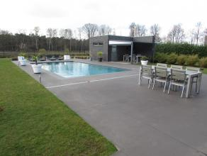Moderne villa met zwembad op een perceel van1993m².Ligging: de woningis prachtig gelegen grenzend aan natuurgebied, doch dichtbij het