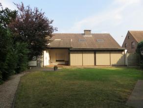 Ruime woning met 4 slaapkamers op 1166m².Ligging: Op de verbindingsweg Herenthout - Grobbendonk, op wandelafstand van bus en trein.Osmchrijving: